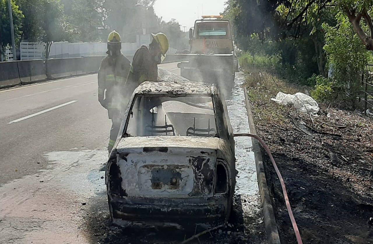 Bomberos conurbados sofocan auto incendiado, en Paso del Toro