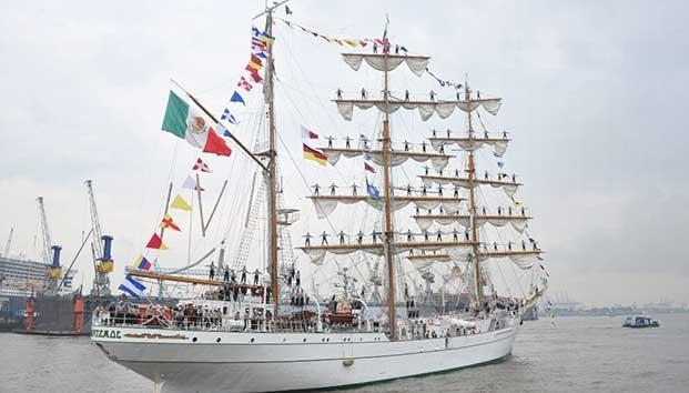 """Zarpa buque """"Cuauhtémoc""""; deja a tripulante que murió en Veracruz"""