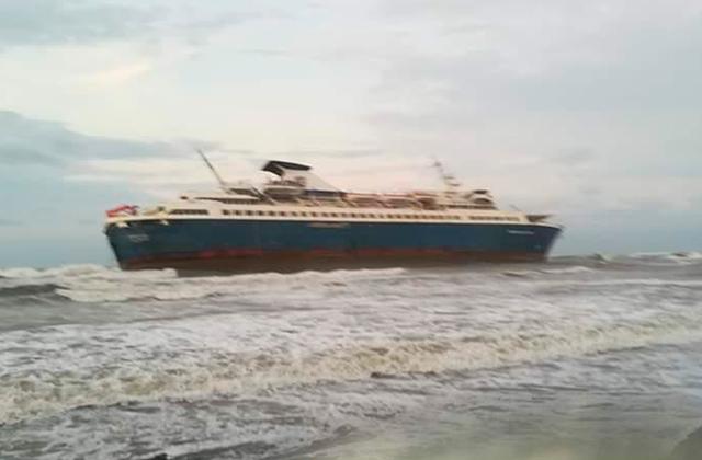 Encalla en playas de Alvarado el buque Enchanted Capri