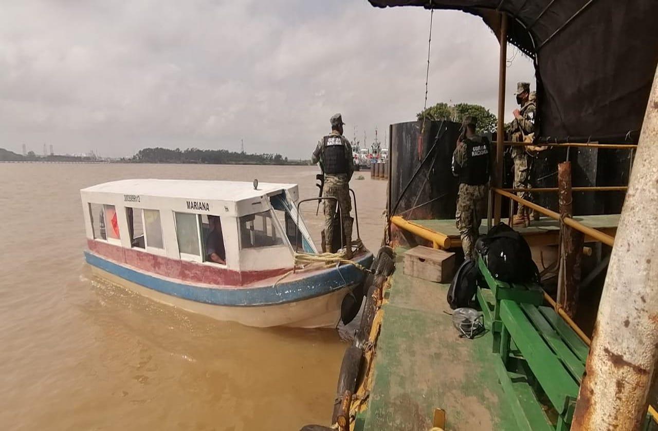 Buscan a trabajadores de Pemex desaparecidos en Río Coatza