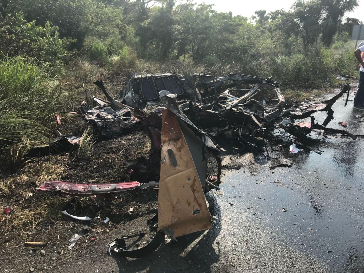 Tres muertos y más de 10 heridos tras choque entre automóvil y AU