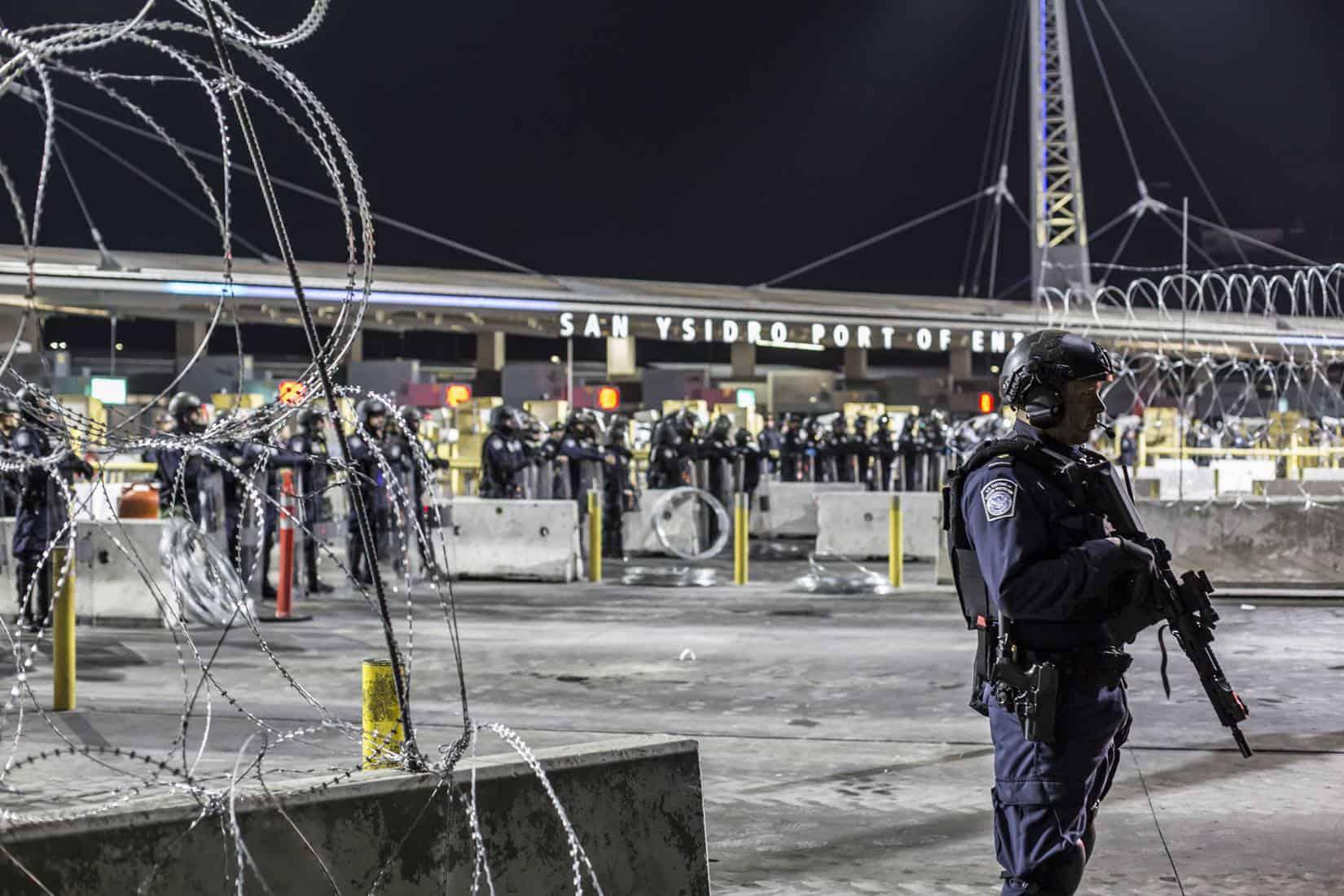 Instalan muralla de púas a migrantes en garita de San Ysidro (FOTOS)