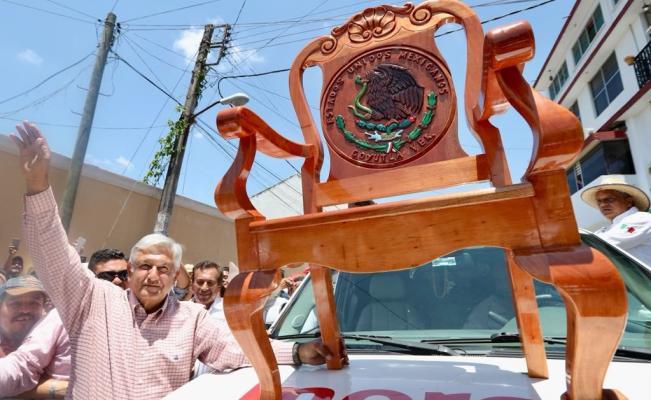 """Durante mitin en Papantla regalan a AMLO """"Silla Presidencial"""""""