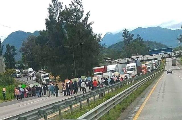 Familiares de detenidos en Ixtac bloquean autopista Puebla-Córdoba