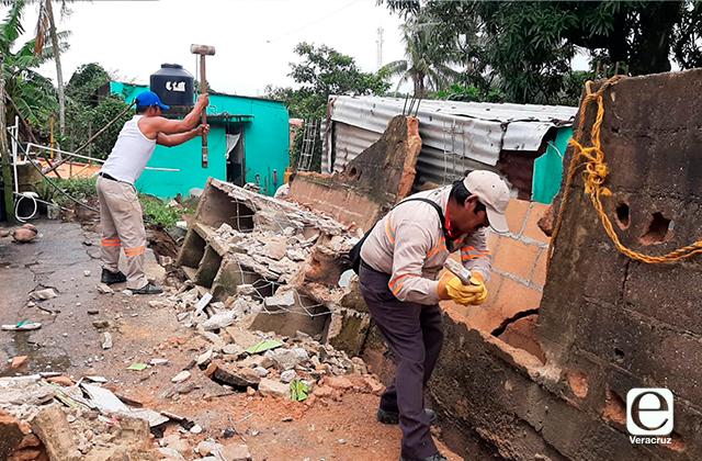 Cae barda sobre vivienda en la Villa Allende de Coatzacoalcos