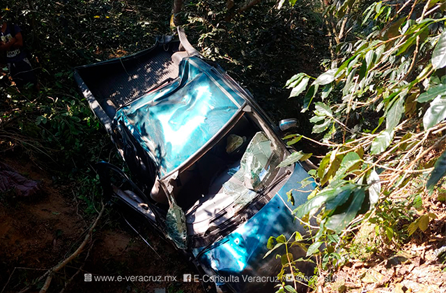 Camioneta cae a un barranco en Tequila, hay un muerto y 7 lesionados