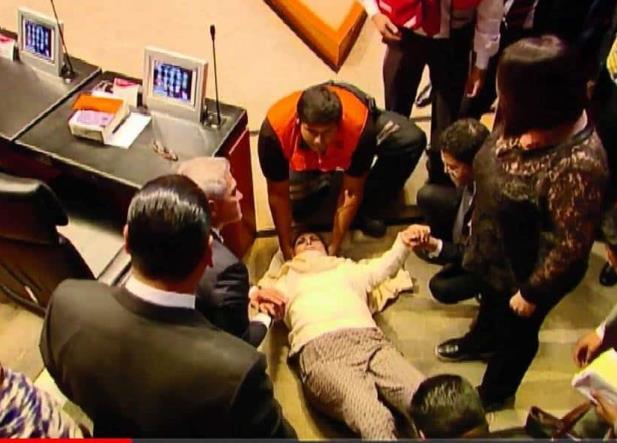 Senadora se cae en plena sesión y la trasladan al hospital