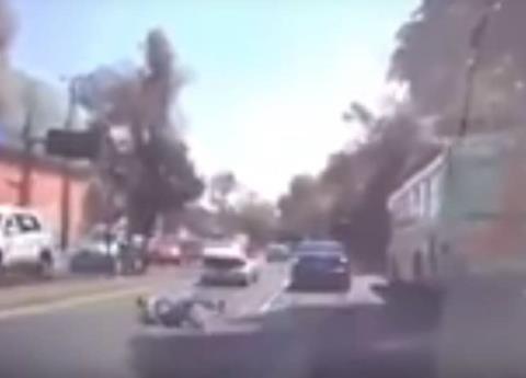 Video: Hombre salta de coche para evitar secuestro