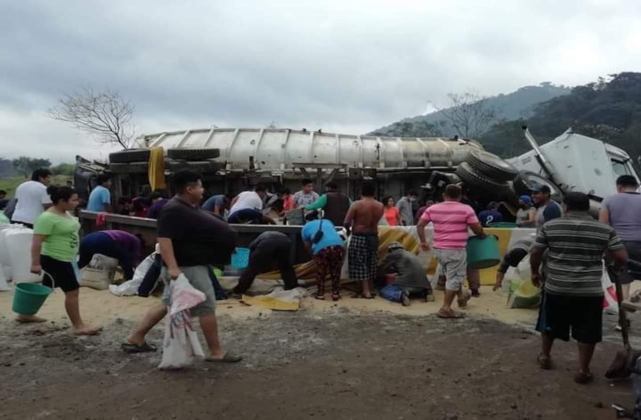 Camión cargado de azúcar vuelca y provoca rapiña, en Tezonapa