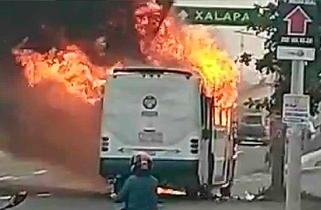 Camión de transporte publico se incendia en el puerto de Veracruz