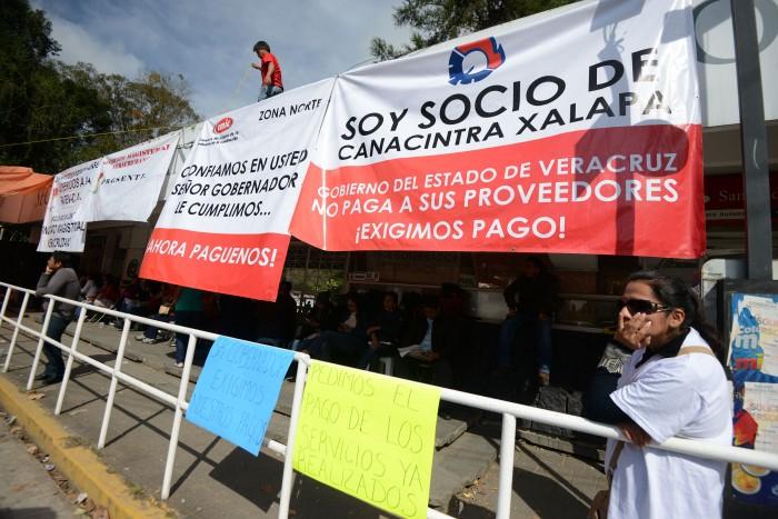 Empresarios de Veracruz protestan con auto en llamas