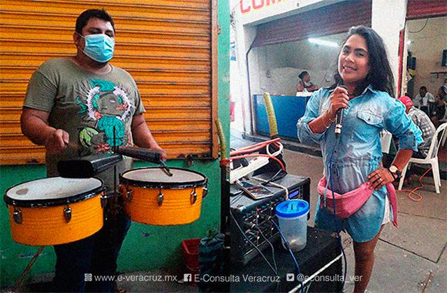 Cantando, así se ganan la vida Jacky y José en mercados del puerto