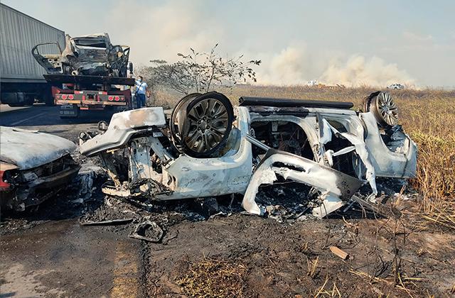 Carambola e incendio de automóviles en carretera Coatza-Mina