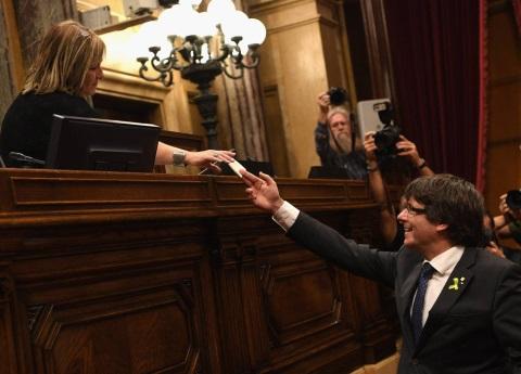 Parlamento catalán aprueba la declaración de independencia