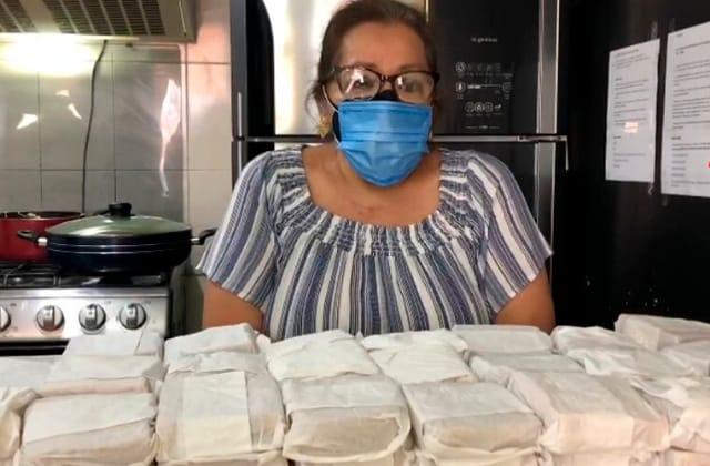 Con sándwiches, Rocío agradeció al personal de vacunación en Xalapa