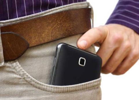 ¿Guardas tu teléfono en la bolsa del pantalón? Tu esperma está en peligro