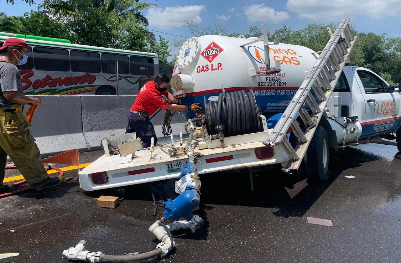 Choca pipa de gas contra muro en carretera a Acayucan