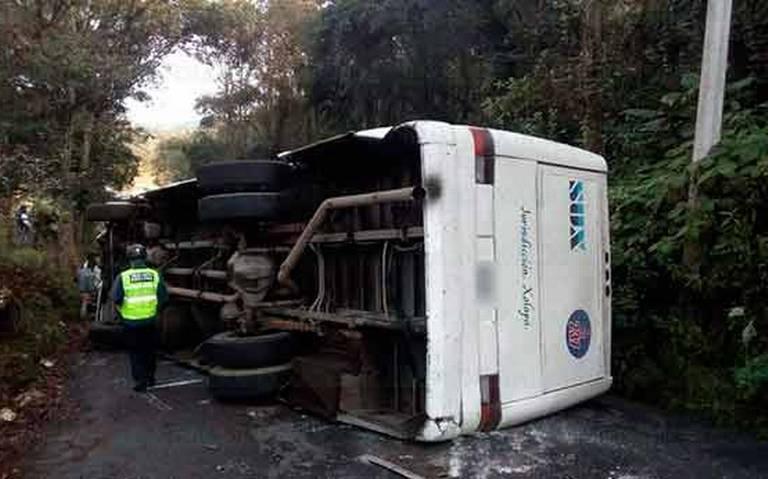 Volcadura de autobús en la Rancho Viejo–Coapexpan deja varios lesionados