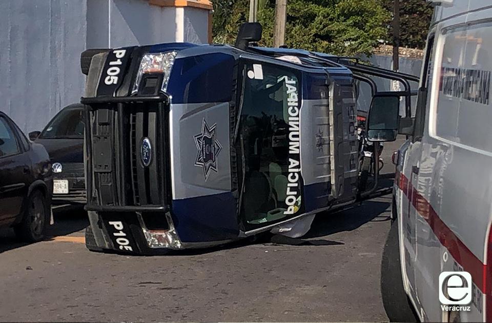 3 policías lesionados, tras volcadura de patrulla en el Puerto