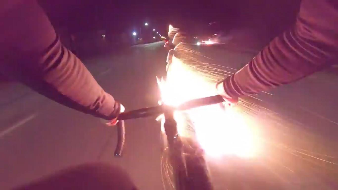 VIDEO: Ciclista cobra venganza a motociclistas, con cohetes