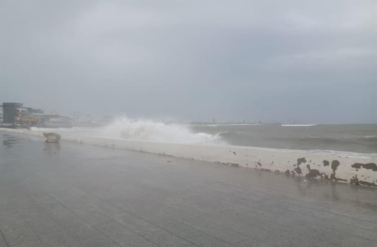 Cierran navegación ante intenso oleaje, en el Puerto