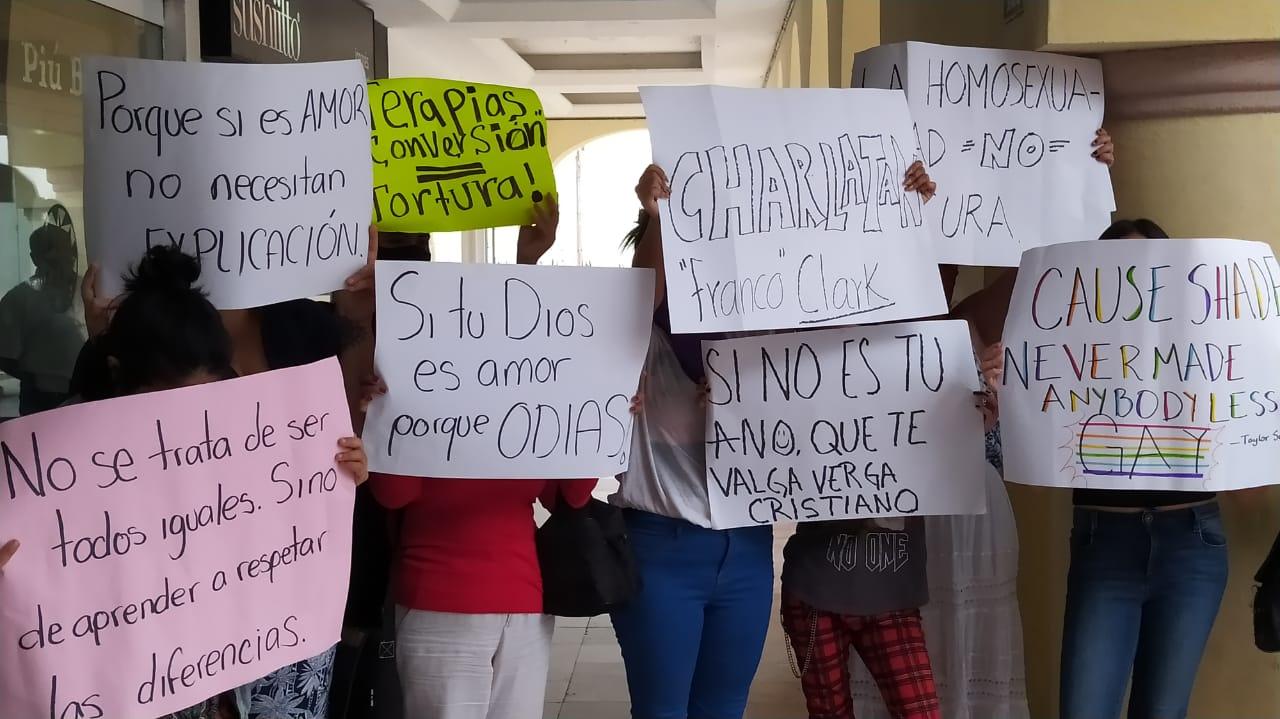 Agrupaciones protestan contra conferencia de Mauricio Clark, en Veracruz