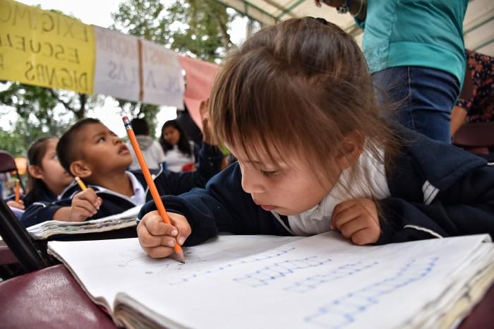 Estudiantes toman clases en el Parque Juárez, piden aulas