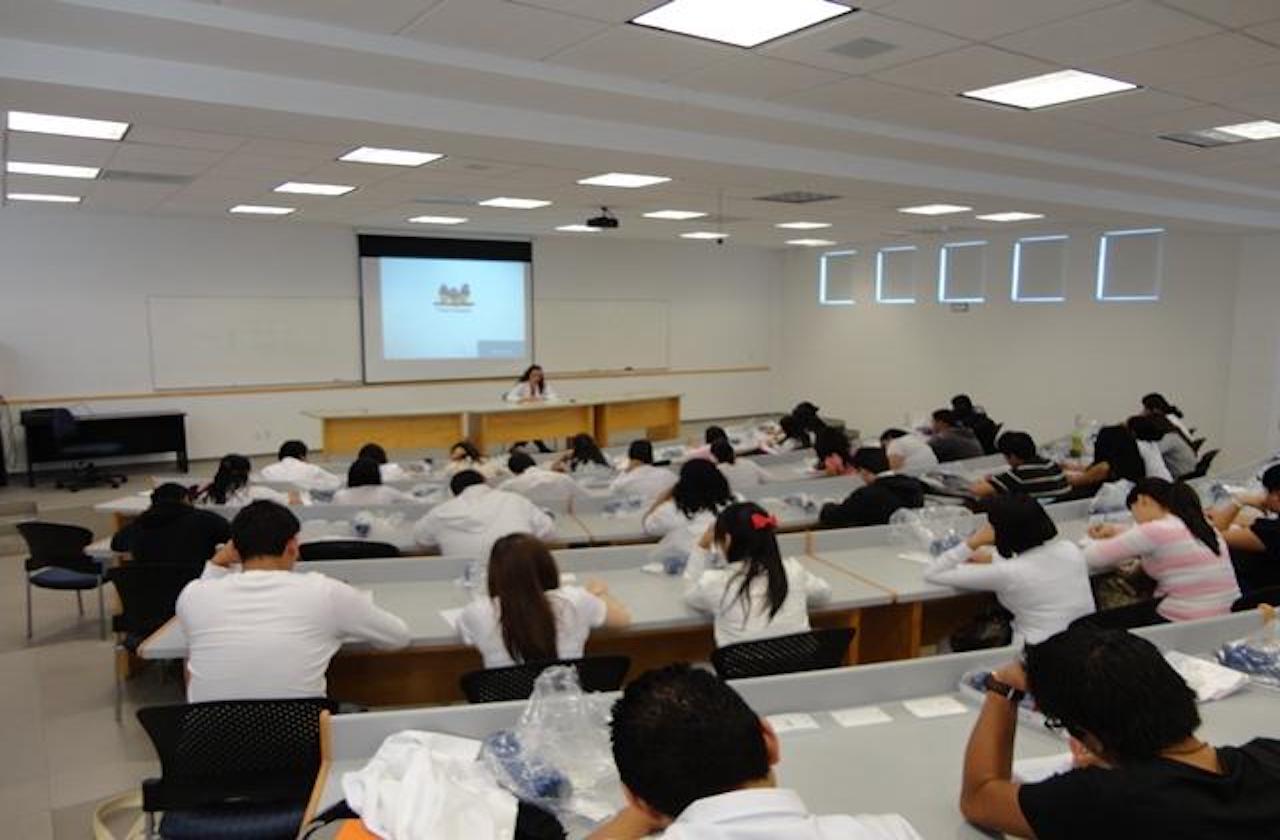 UV apoyará a alumnos que no concluyeron cursos por internet