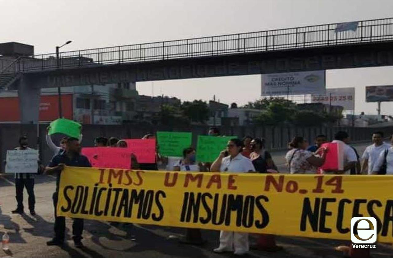 Personal del IMSS bloquea puente en el Puerto, exigen insumos