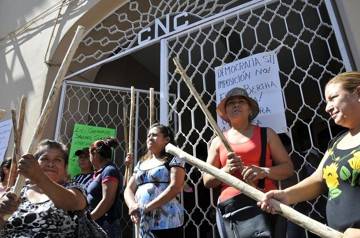 Campesinos protestan con garrotes y pancartas en la CNC