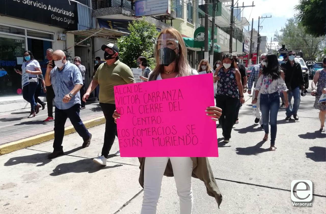 Con semáforo rojo, comerciantes de Coatza se niegan a cierres