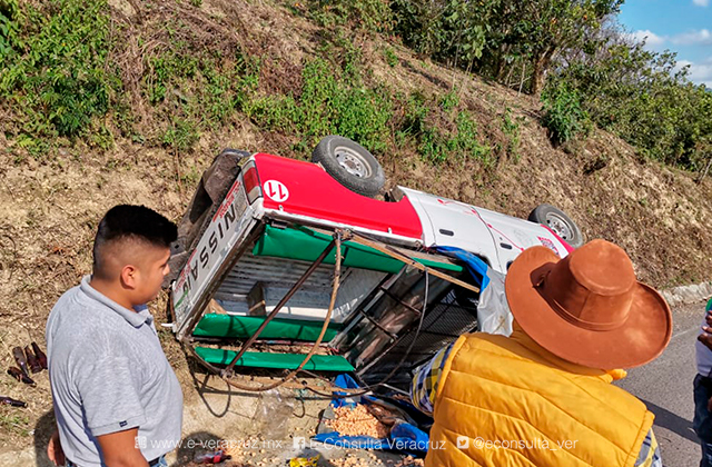 Colectivo rural vuelca en sierra de Zongolica; hay 9 lesionados