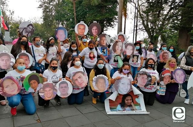 Con árbol navideño, recuerdan a desaparecidos en Xalapa