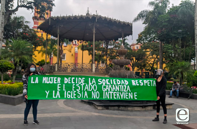 Colocan ofrenda en honor a víctimas de feminicidio, en Orizaba