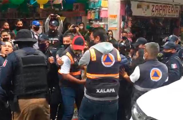 Comerciantes y policías se enfrentan en operativo antipirotecnia