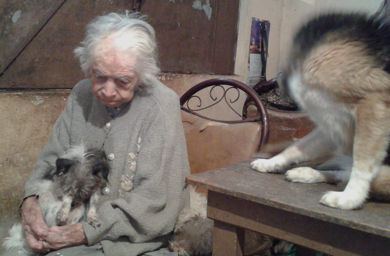 Con 102 años, Juana vive de la caridad de vecinos y xalapeños