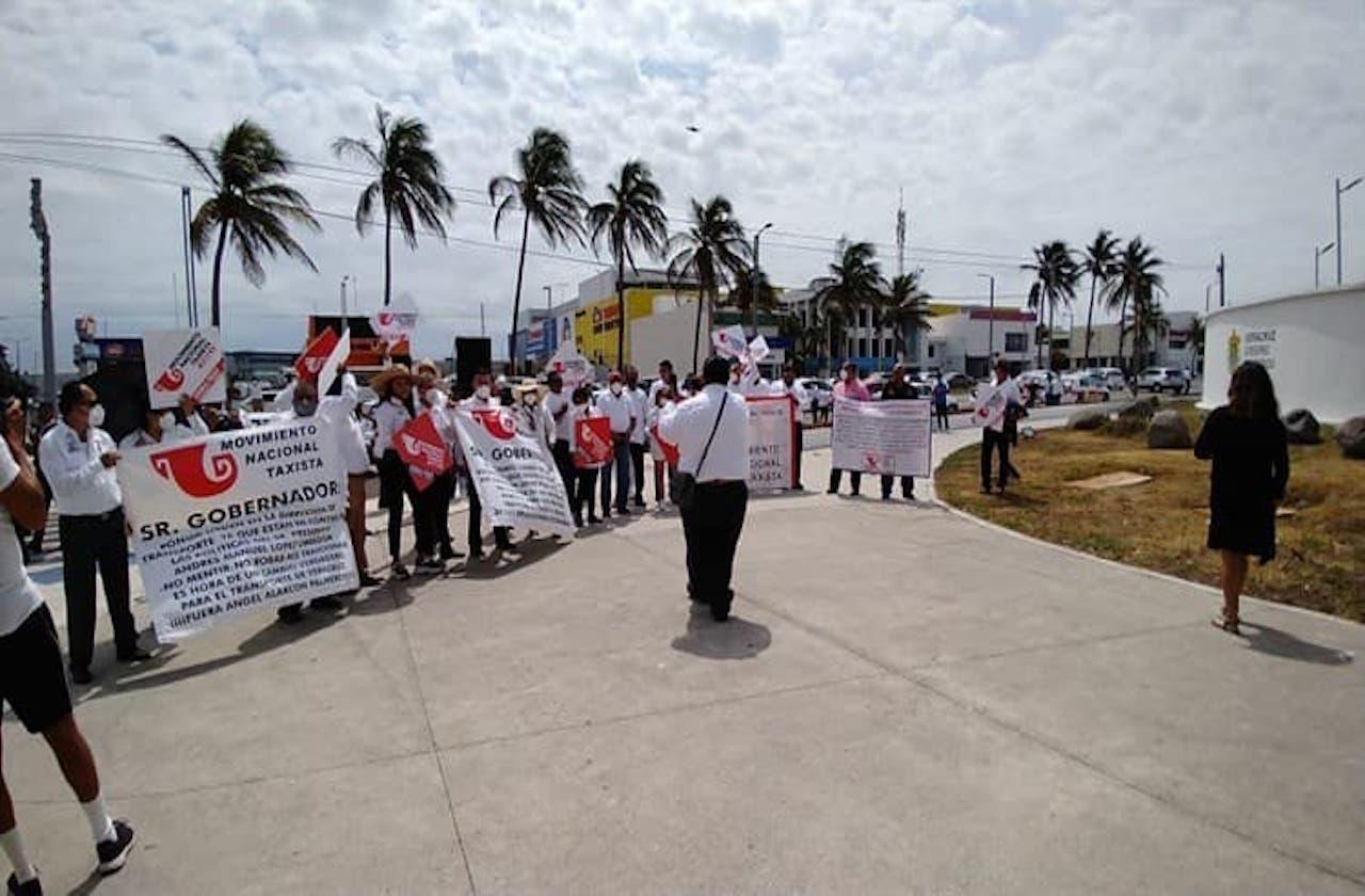 Con bloqueo, taxistas jarochos protestan contra Uber e InDriver