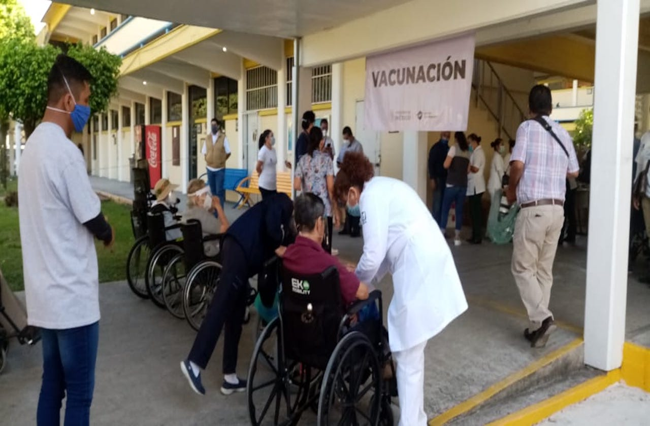 Con incidentes, primer día de vacunación anticovid en Orizaba