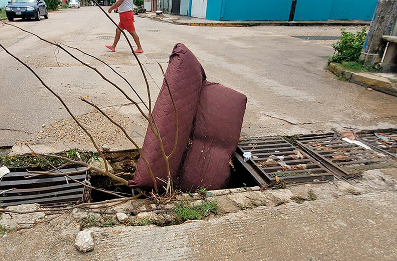 """""""Con lo que encuentren"""" vecinos tapan alcantarillas en Coatza"""