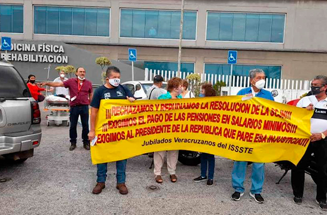 Con protestas, jubilados se oponen a pagos con UMA en el puerto