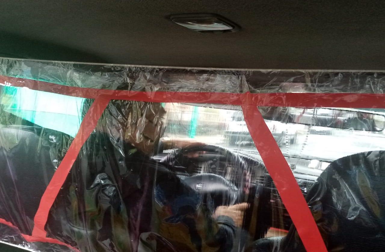 Con sus recursos, taxista cuida a pasajeros del covid