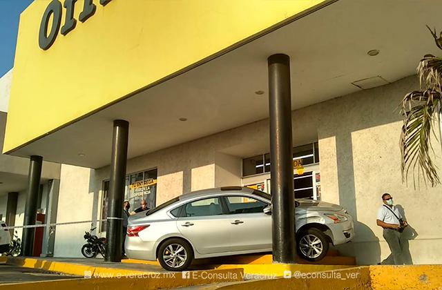 Confunde acelerador y se impacta contra tienda, en Boca del Río