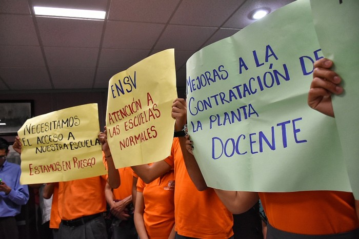 Constructores y normalistas protestan en el Congreso de Veracruz