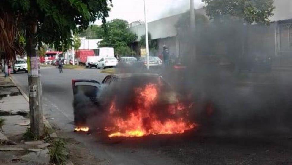 Arde en llamas vehículo en puerto de Veracruz