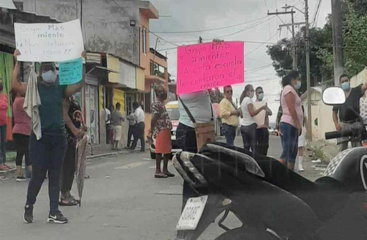 Padres protestan por corte de agua y robos en escuela del puerto