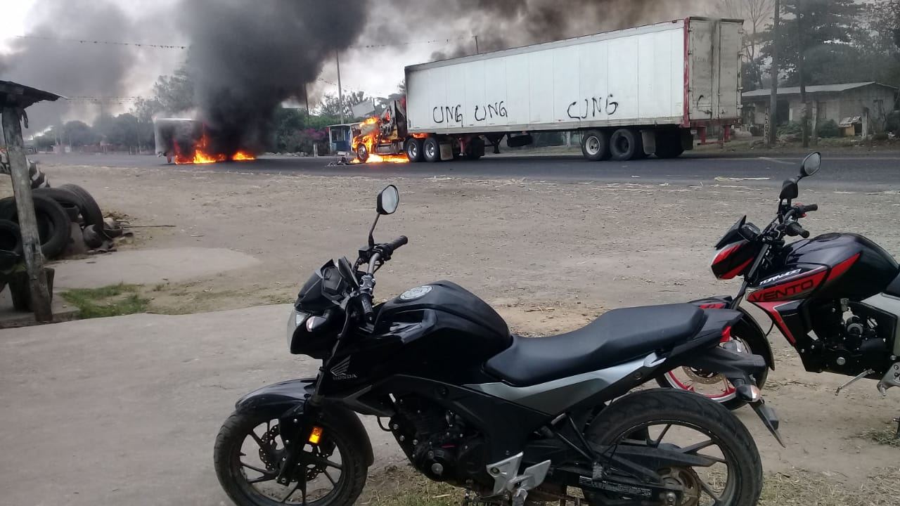 VIDEO: Cártel incendia tráileres y bloquea carretera Córdoba-La Tinaja