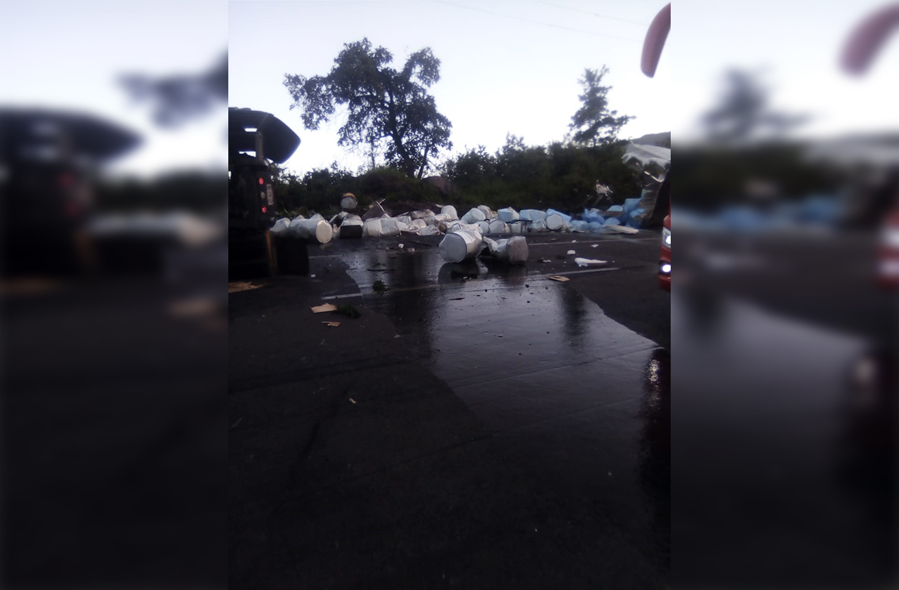 Vuelca camión cargado con solución de resina en Cumbres de Maltrata