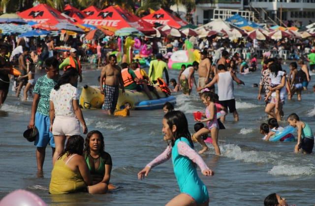 Aún sin Carnaval, se llenan playas de Veracruz en pandemia