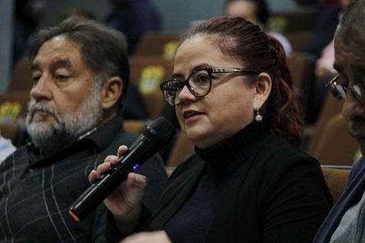 Captan a un asesor de Morena en Veracruz mirando fotografías XXX