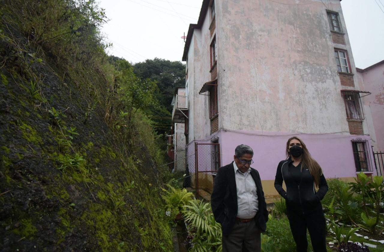 Daños por sismo y lluvias angustian a Elena y vecinos en Xalapa 2000